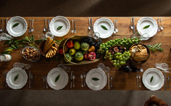 Celebrate the harvest of the season with this simple Fall Feast Table Setting Idea that's perfect for friendsgiving, thanksgiving, dinner parties, anything! Friendsgiving | Thanksgiving table décor ideas | tablescape