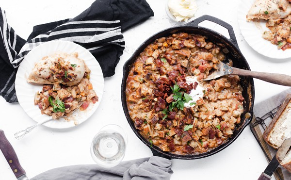 White Bean Braised Skillet Chicken topped with homemade Sourdough Bacon Croutons is a quick comforting meal – perfect for weeknights! Skillet chicken recipes | boneless chicken breast | cast iron | stovetop | for dinner | white bean recipes | @Safeway #ad